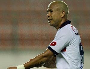 junior-atacante-do-bahia-comemora-um-de-seus-dois-gols-no-jogo-contra-o-avai-1317509259872_300x230