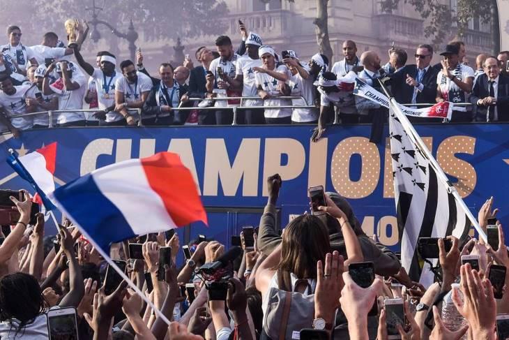 Seleçao da França é recebida com festa em Paris (FOTO) (5)