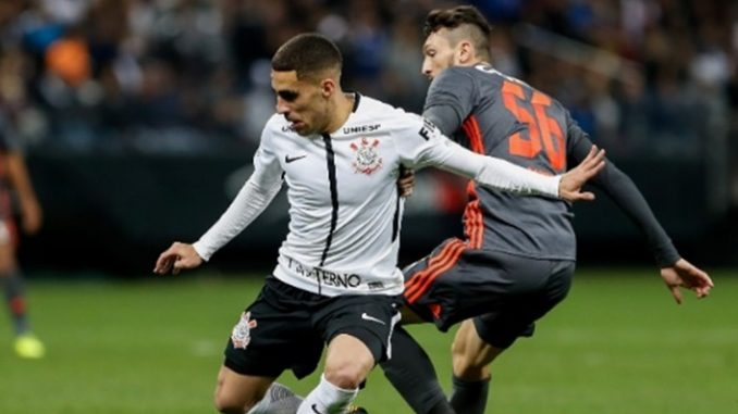 Corinthians perde volante titular para enfrentar o Vitória no Barradão 28df74f0e4dad
