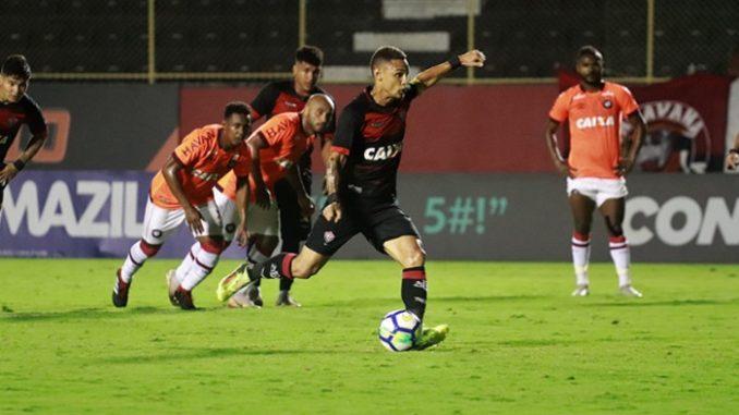 Mais um vexame  Veja os gols de Vitória 1 x 2 Atlético-PR no Barradão 2542149e84a78