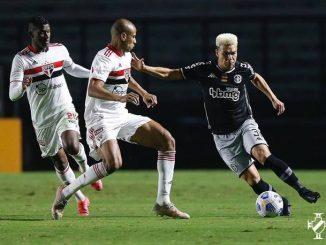 Técnico Lisca, do Vasco, pode manter esquema com três zagueiros que usou diante do São Paulo; Romulo deve assumir vaga de Bruno Gomes